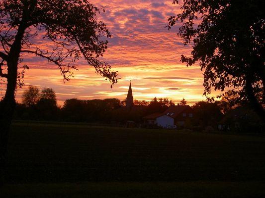 Sonnenaufgang mit Kirchturm
