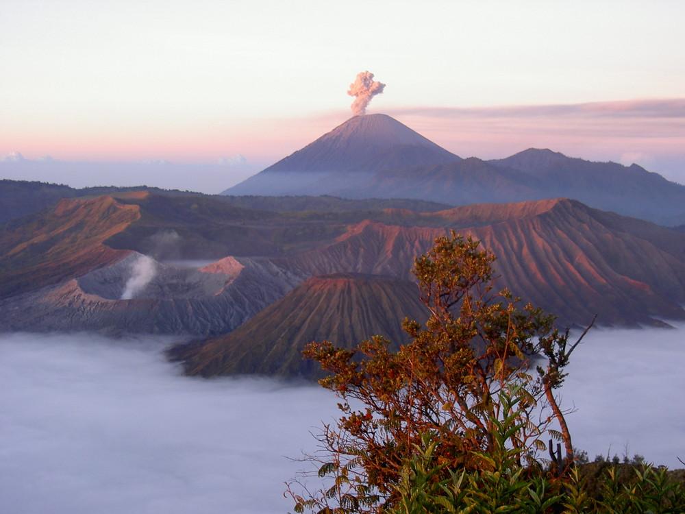 Sonnenaufgang mit Sicht auf Vulkan