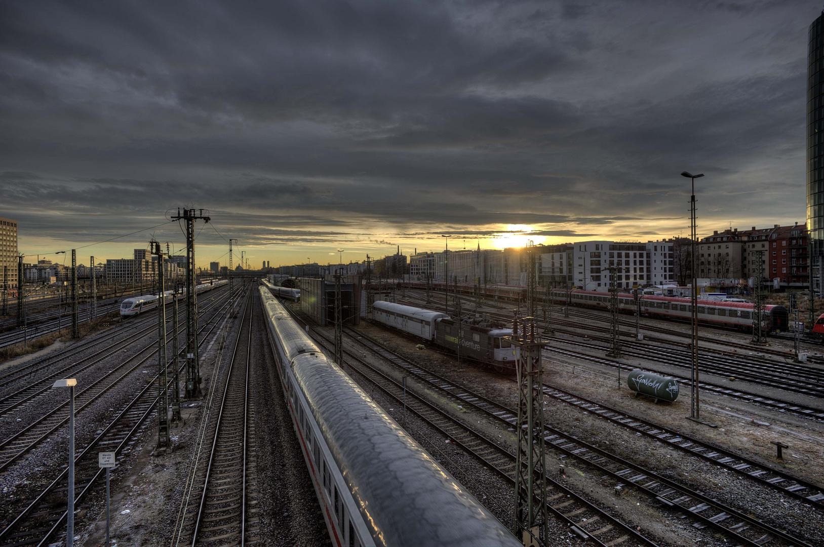 Sonnenaufgang über den Gleisen in München