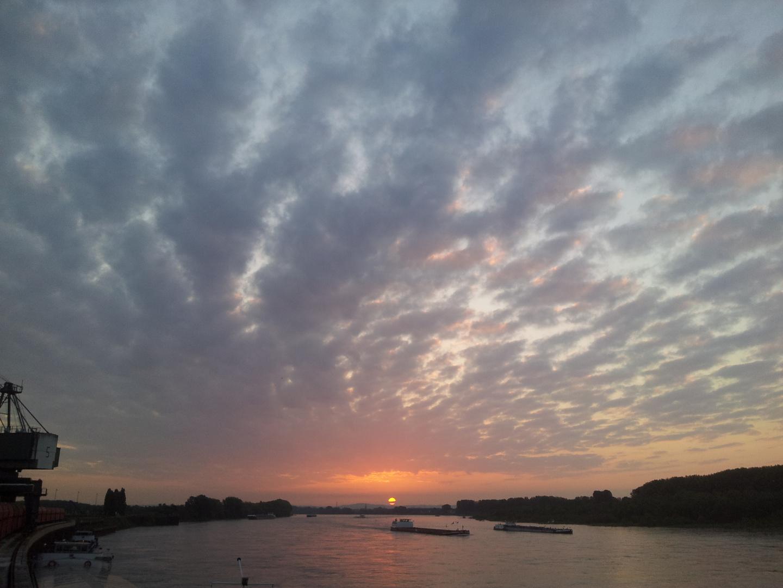 Sonnenaufgang über den Godorfer Hafen