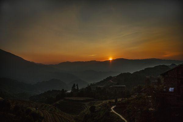 Sonnenaufgang über den Reisterrassen von Longsheng