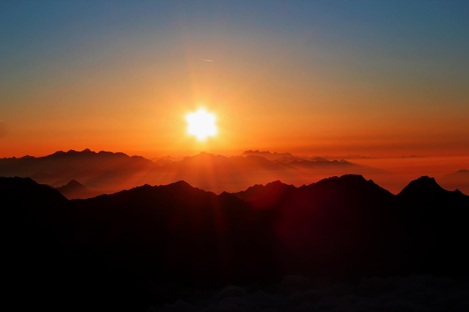 Sonnenaufgang über den Wolken auf 3082m