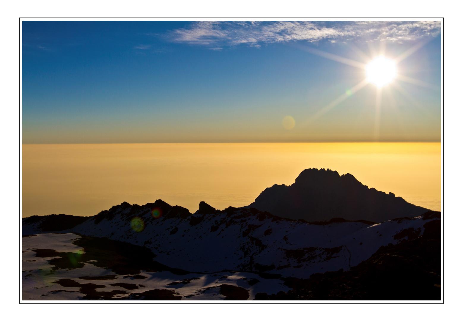 ~ Sonnenaufgang über den Wolken in 5895m Höhe ~