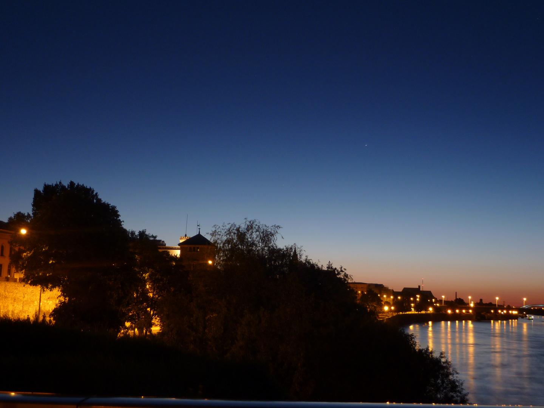 Sonnenaufgang über der Elbe in Magdeburg