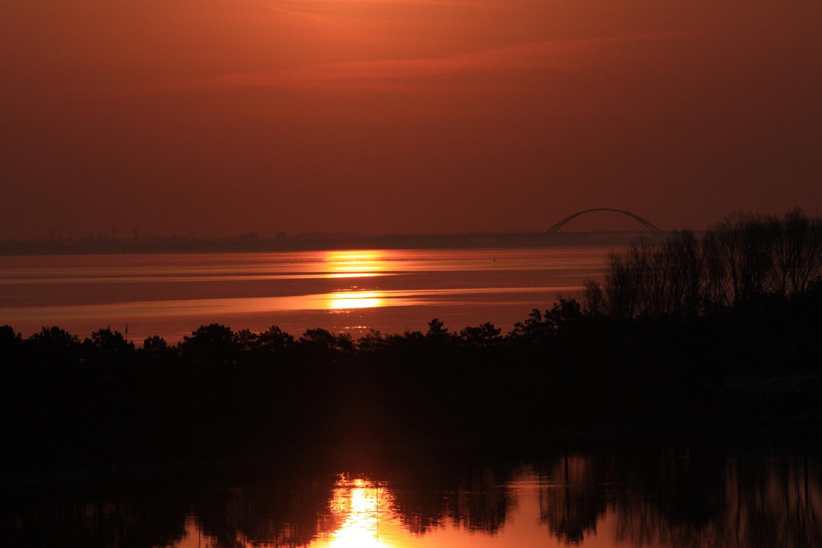 Sonnenaufgang über der Fehmarnsundbrücke