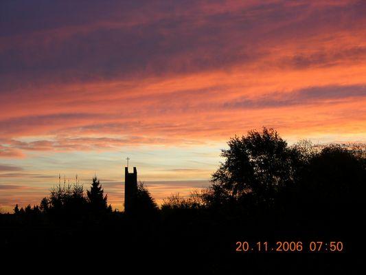 Sonnenaufgang über der Kirche