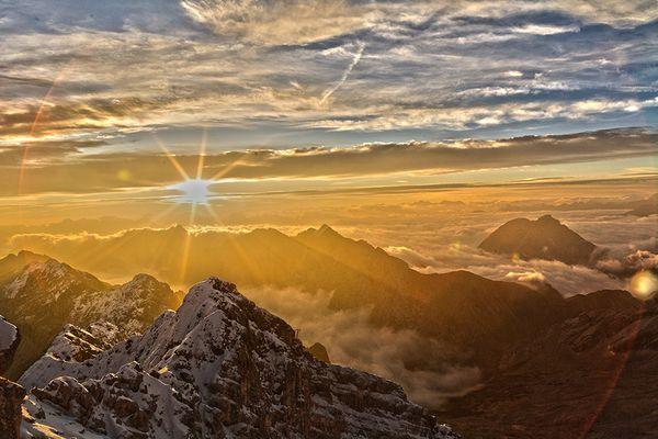 Sonnenaufgang über der Zugspitze 2 - HDR