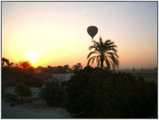 Sonnenaufgang über Theben