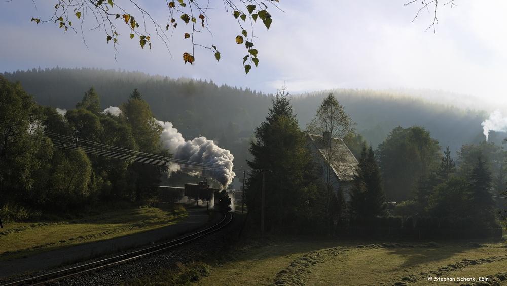 Sonnenaufgang und Nebelschwaden im Erzgebirge