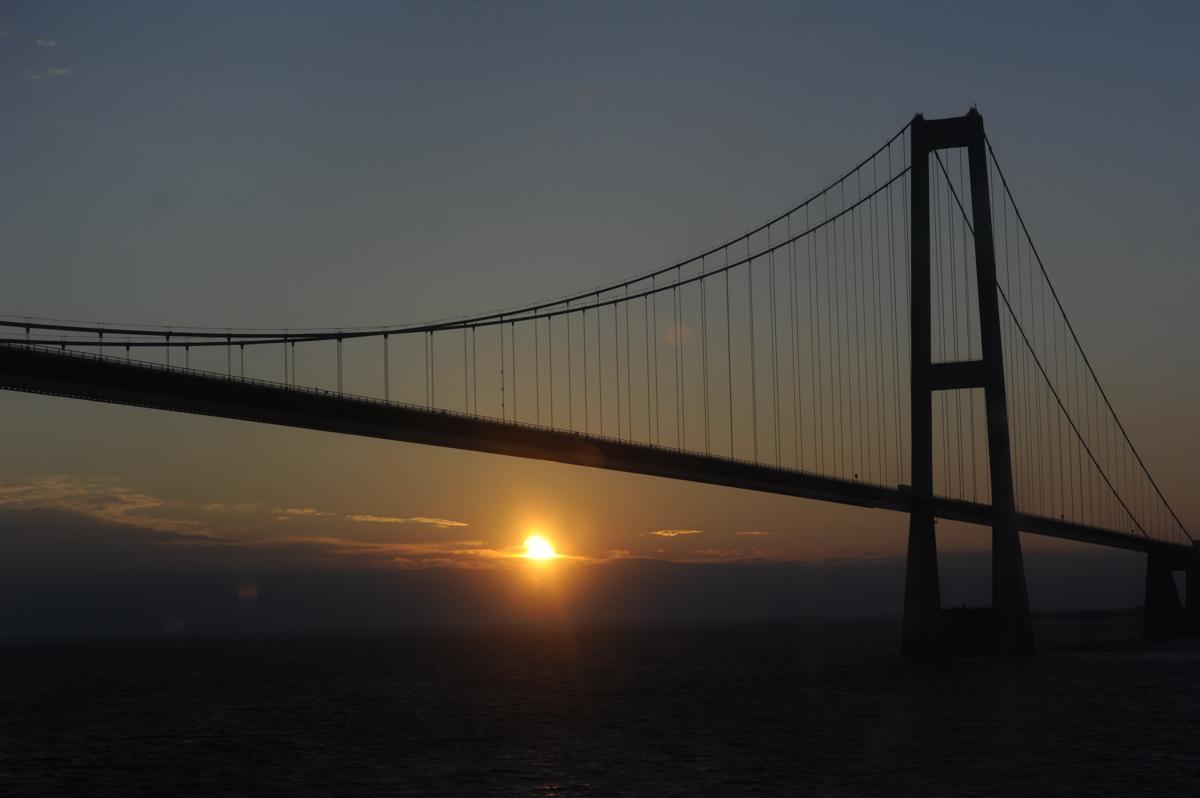 Sonnenaufgang unter der Storebeltbrücke