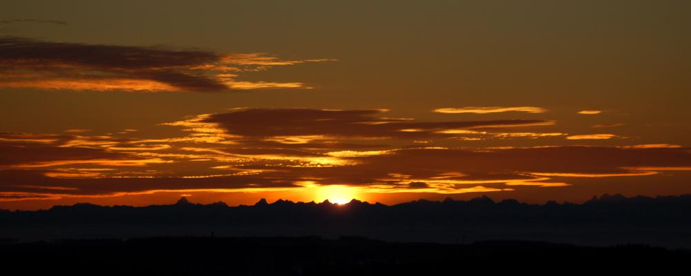 Sonnenaufgang zwischen Noppen- und Kreuzkarspitze aus 150km Entfernung