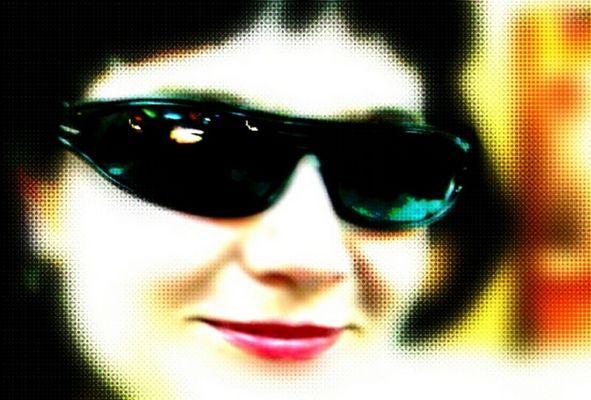 Sonnenbrille, Perücke und Lippenstift