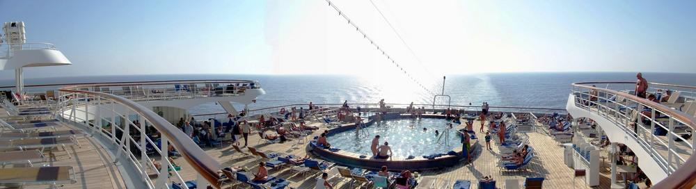 Sonnendeck und Pool