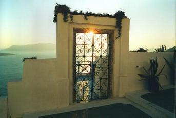Sonnendurchbruch in Santorini