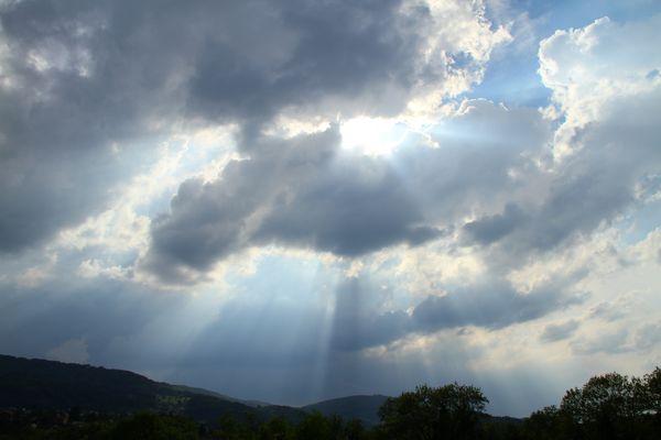 Sonnenstrahlen durch Wolken