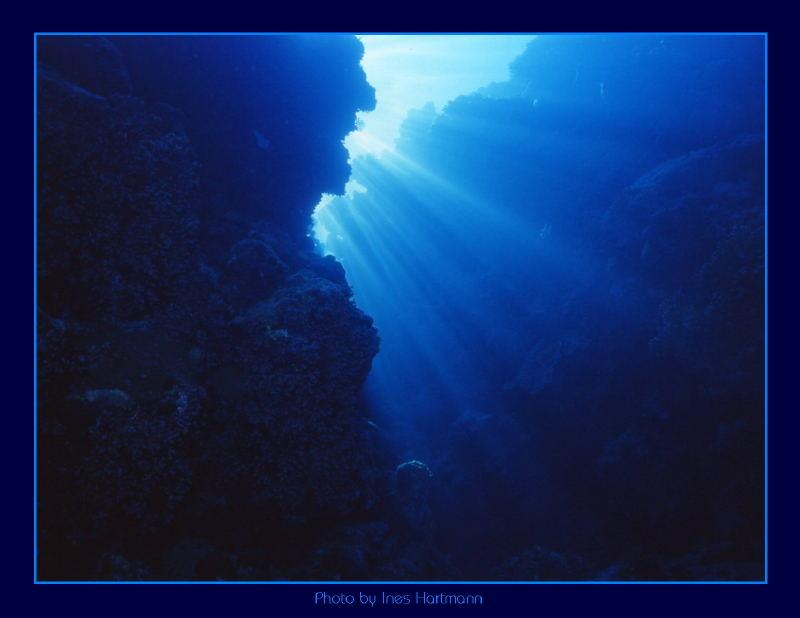 Sonnenstrahlen ins tiefe Blau