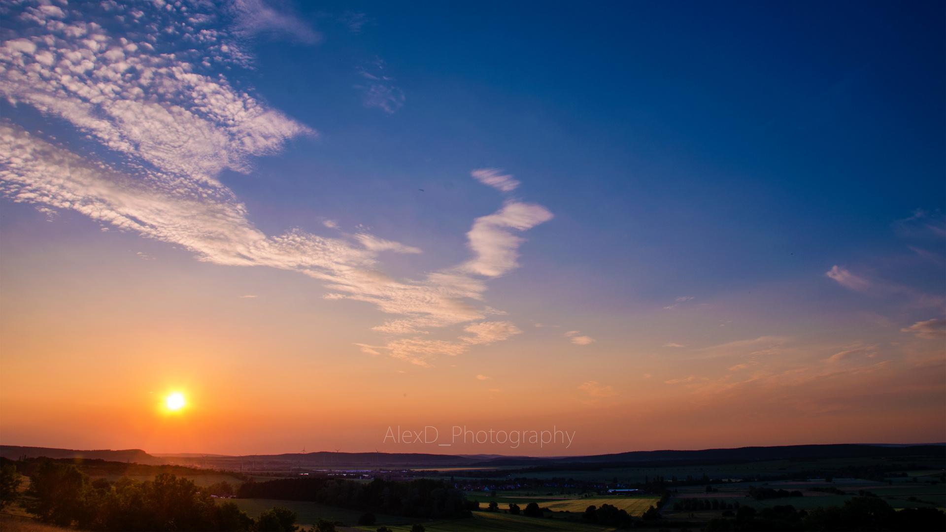 Sonnentergang am blauen Himmel