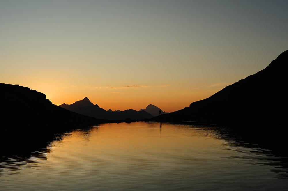 Sonnenuntergang am Bergsee über dem Engadin