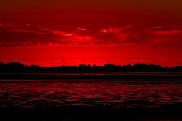Sonnenuntergang am Eider-Sperrwerk