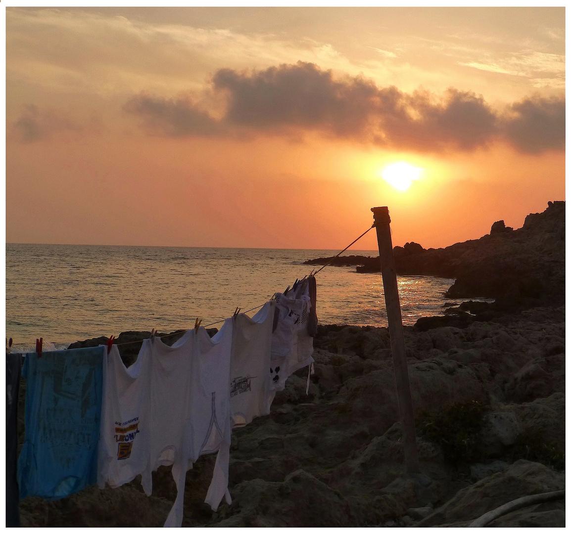 < Sonnenuntergang am Hafen von Lefkos >