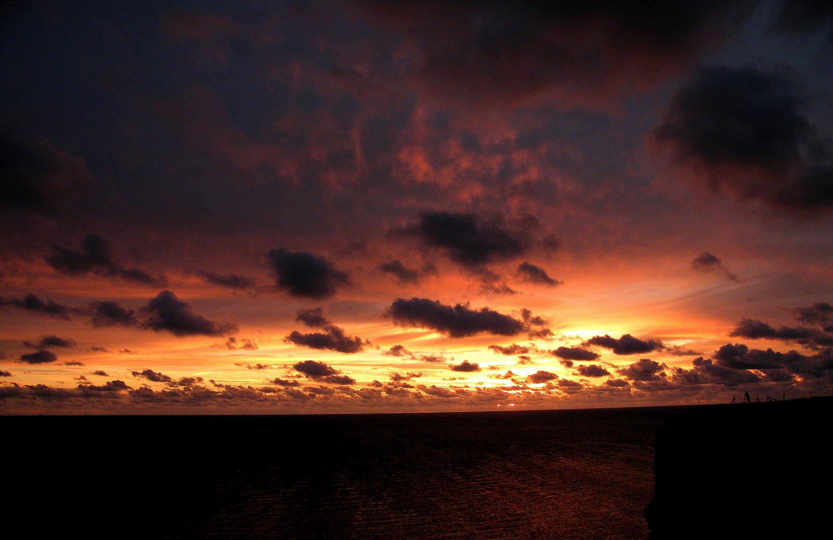 Sonnenuntergang am Klippenrand