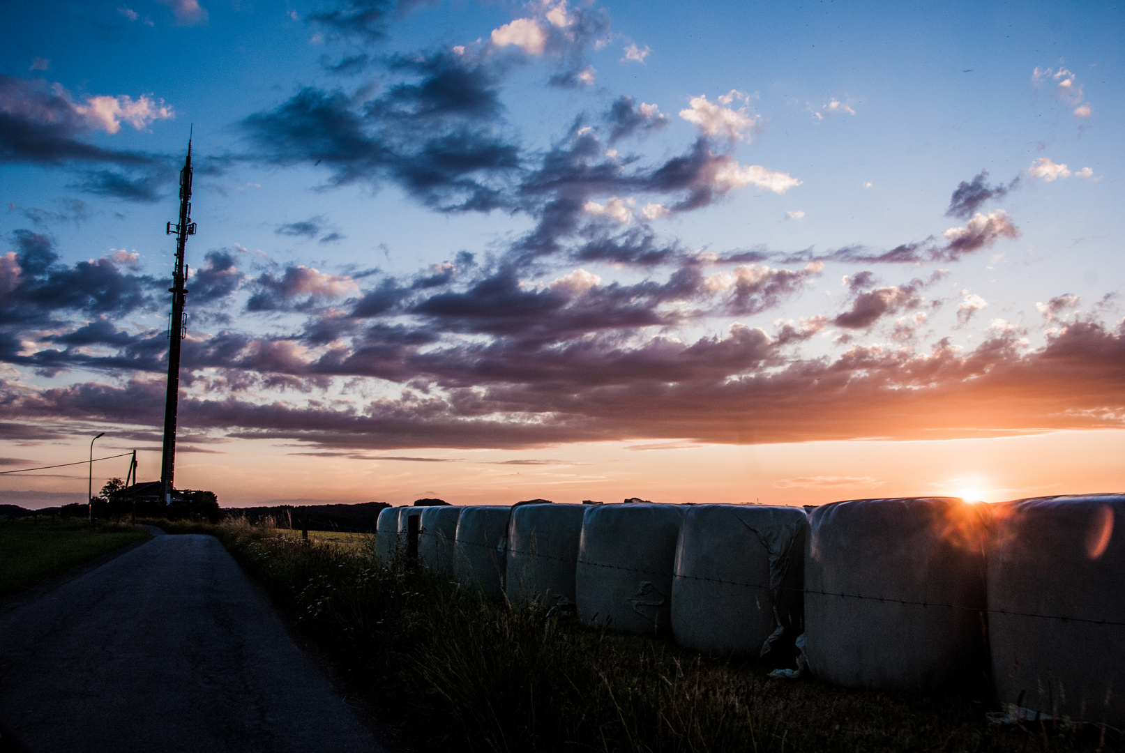 Sonnenuntergang am Petersberg hinter Heuballen