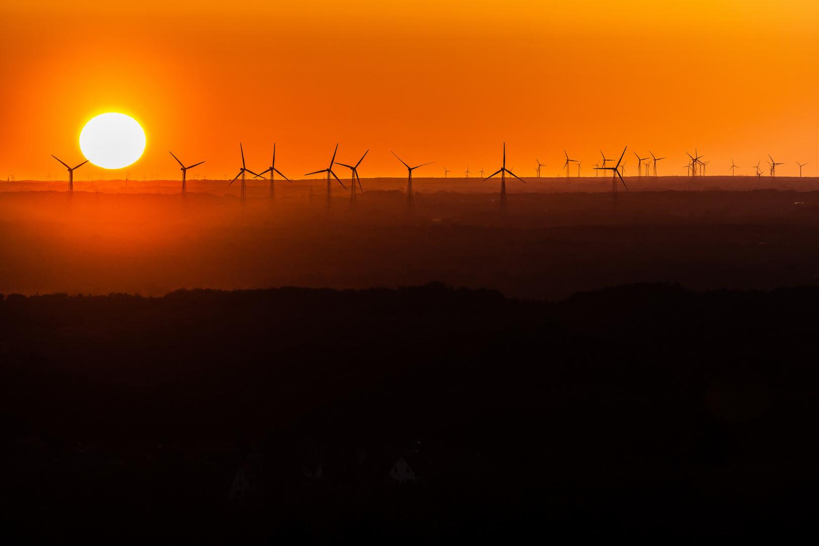 Sonnenuntergang am Piesberg mit Windrädern
