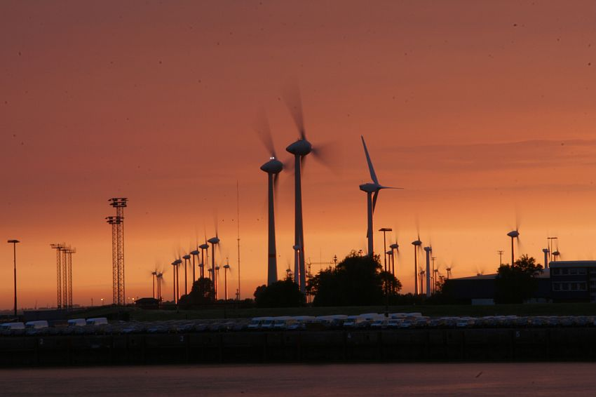 Sonnenuntergang am Windpark