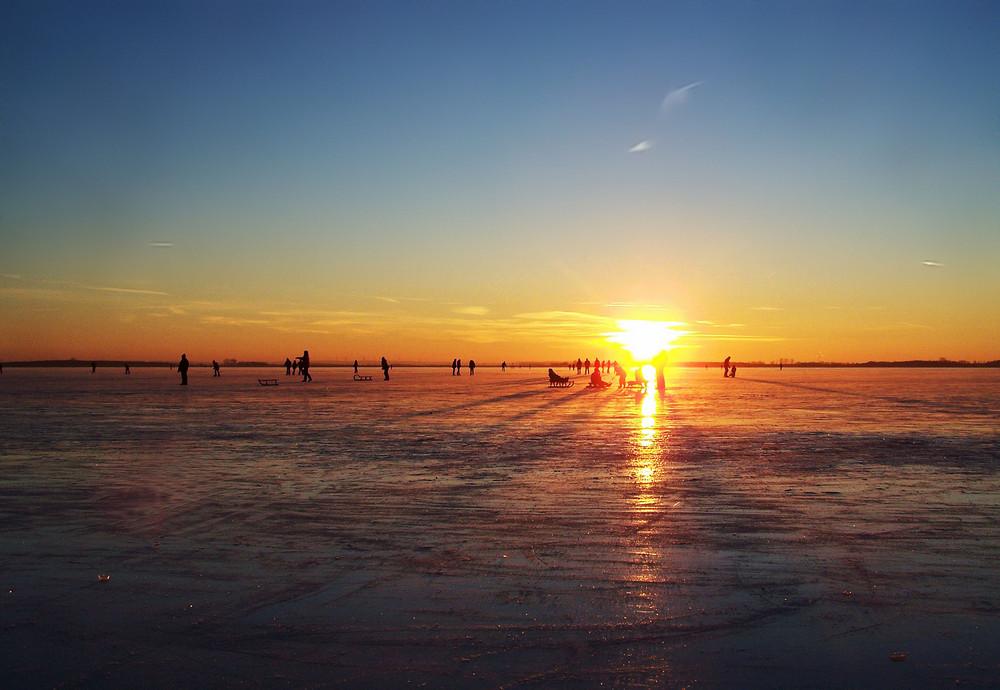 Sonnenuntergang am zugefrorenen Dümmer See