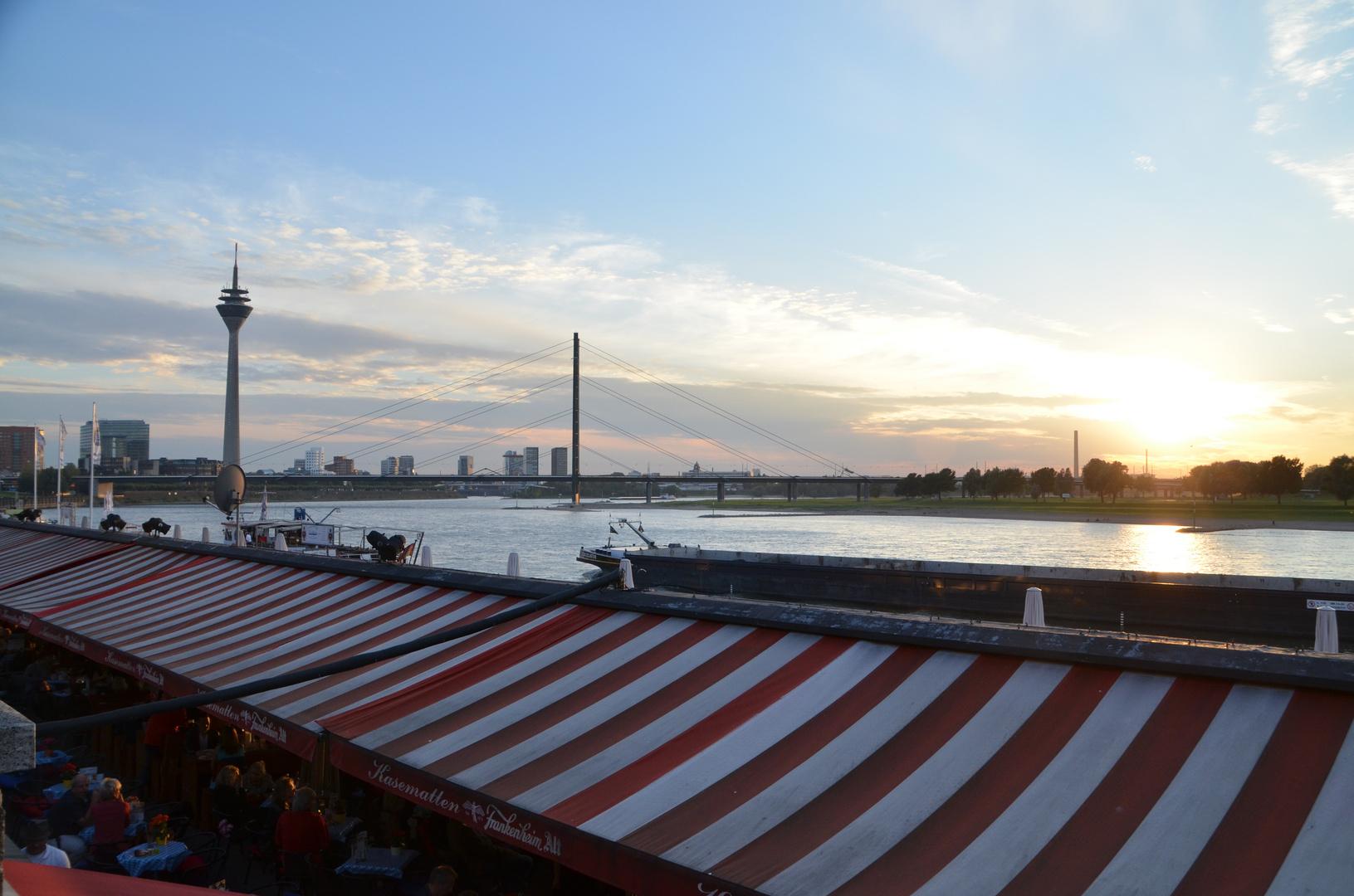 Sonnenuntergang an den Kasematten mit Blick auf den Medienhafen