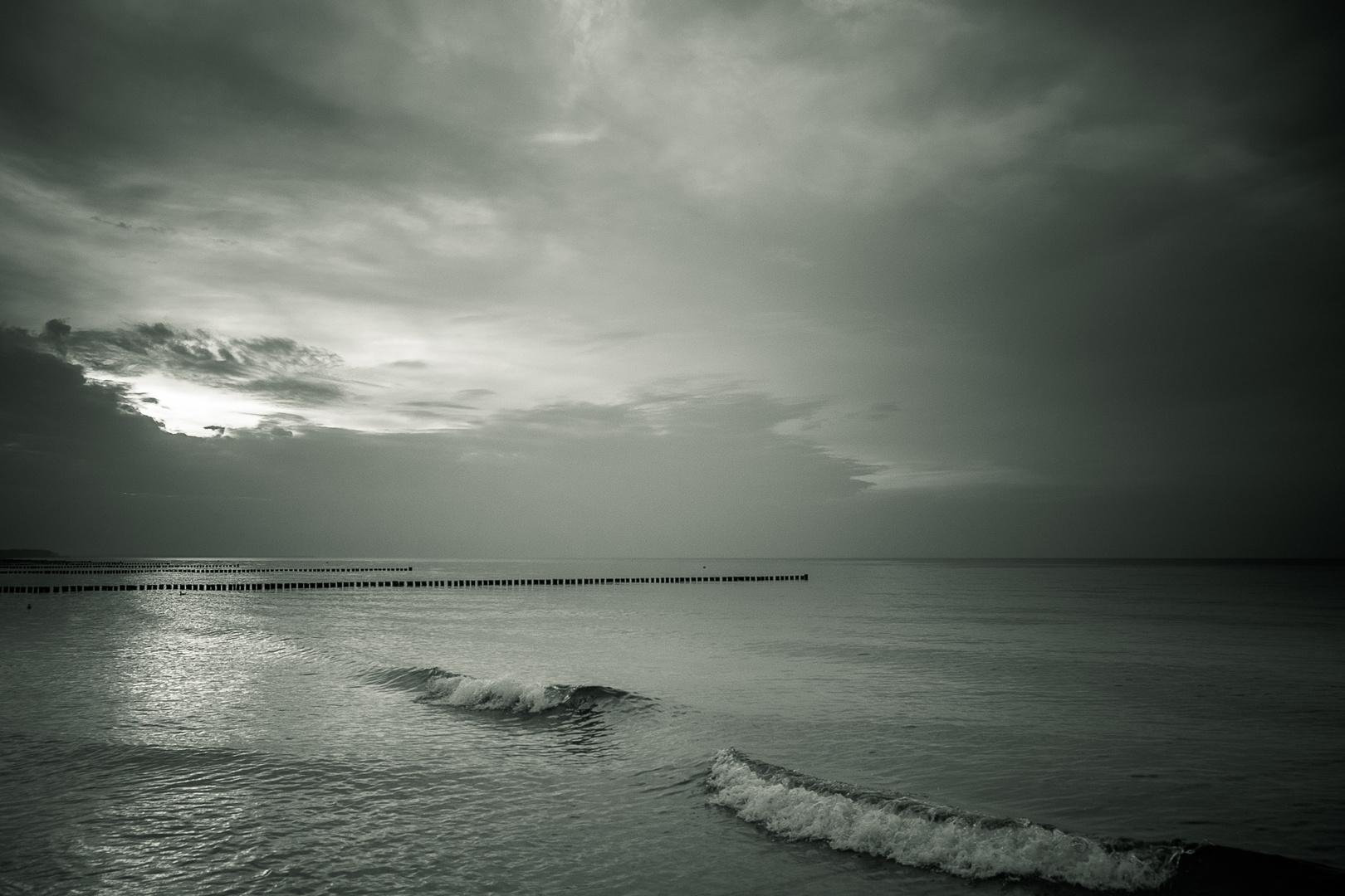 Sonnenuntergang an der Ostsee II in S/W