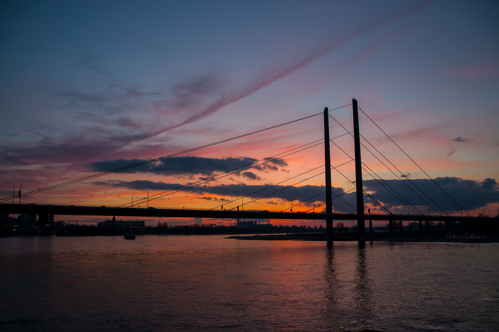Sonnenuntergang an der Rheinkniebrücke