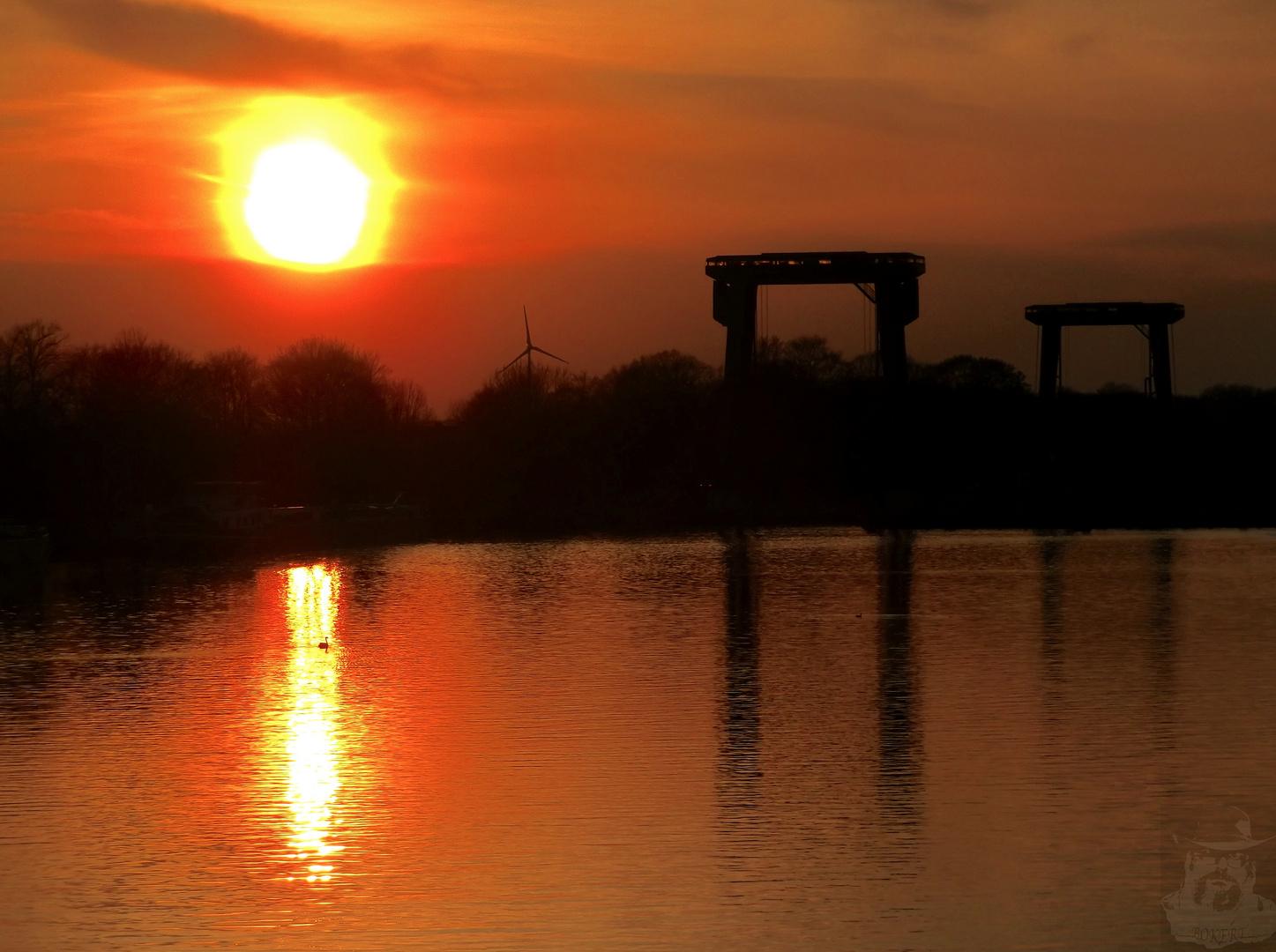 Sonnenuntergang an der Schleuse Emmelsum