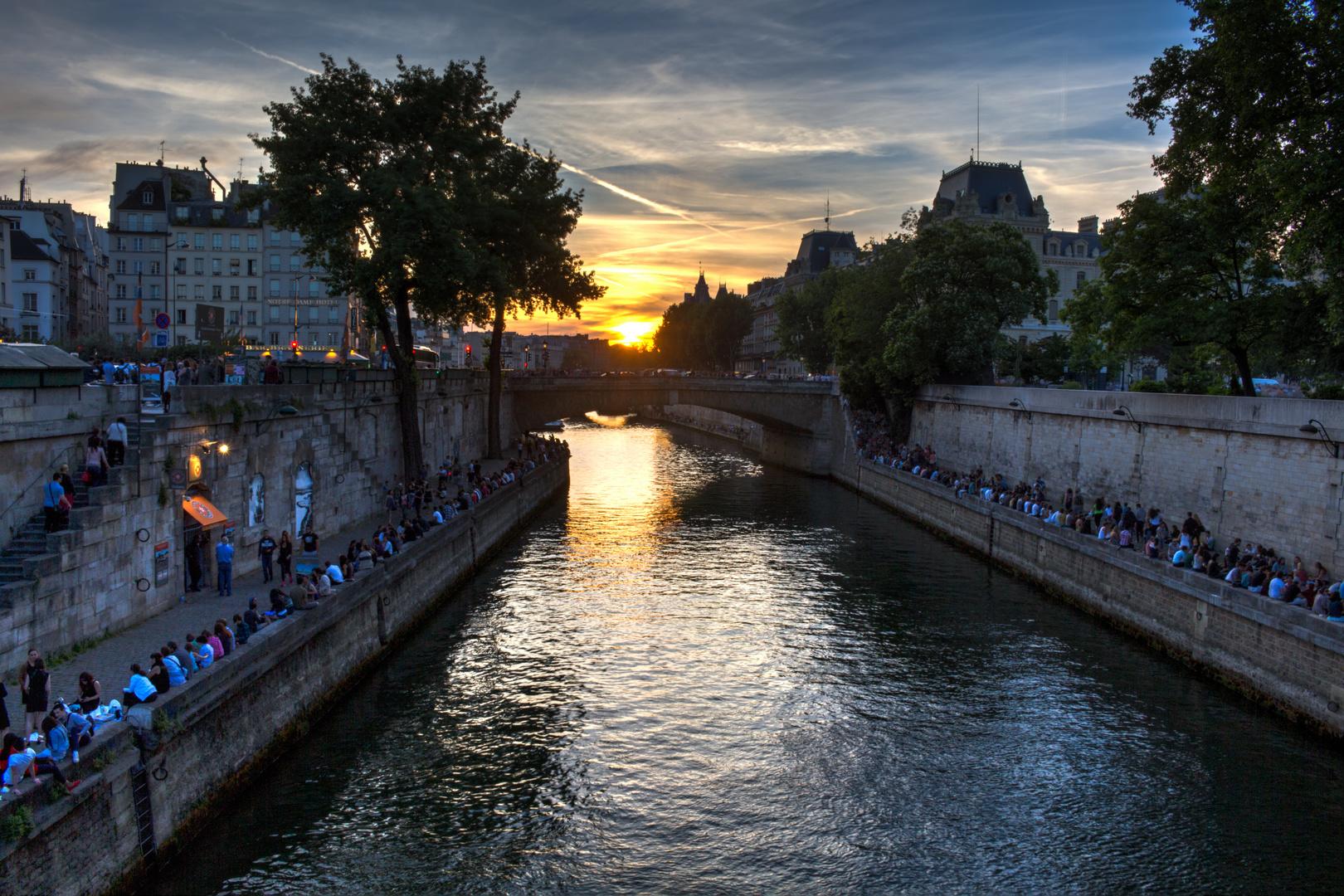 Sonnenuntergang an der Seine in Paris in einem HDR-Bild eingefangen