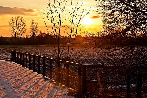 Sonnenuntergang an der winterlichen Vechte in Quendorf