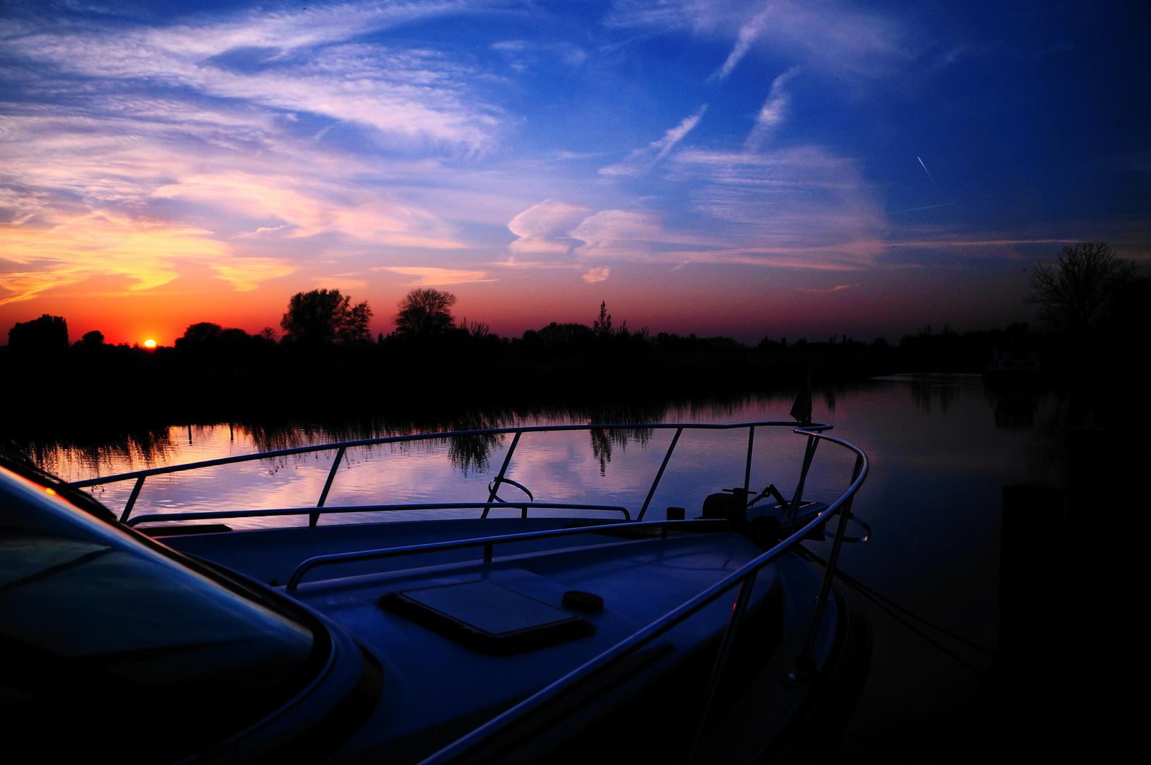 Sonnenuntergang an einem kleinen Hafen