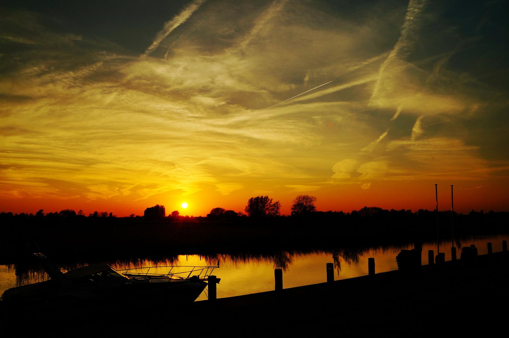 Sonnenuntergang an einem kleinen Hafen in Holland