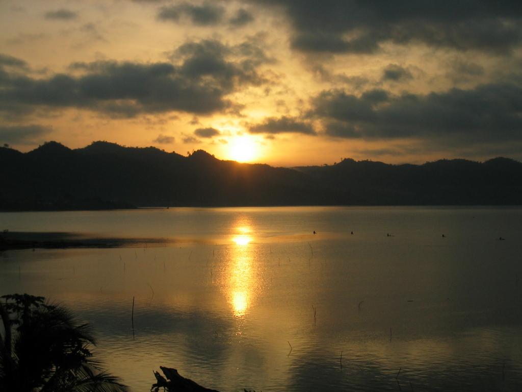 Sonnenuntergang an einem See in Ghana