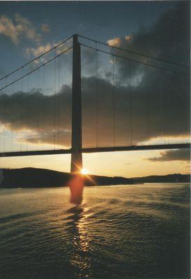 Sonnenuntergang an Hängebrücke