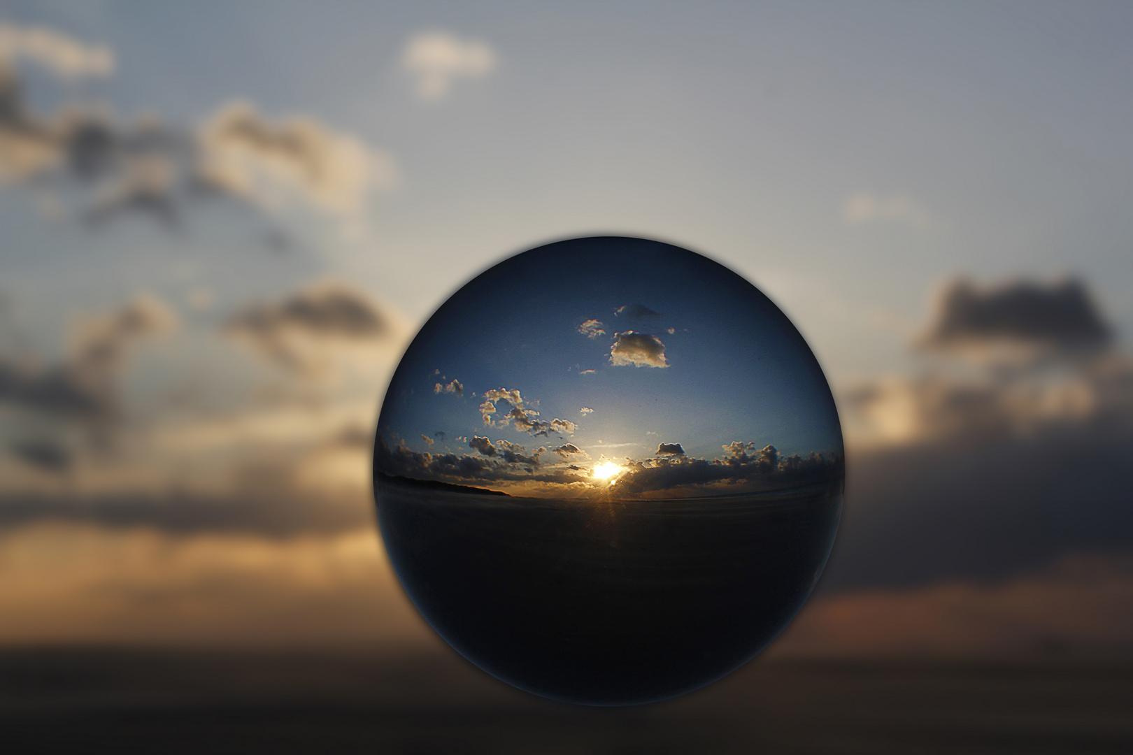 Sonnenuntergang auf Baltrum durch die Glaskugel