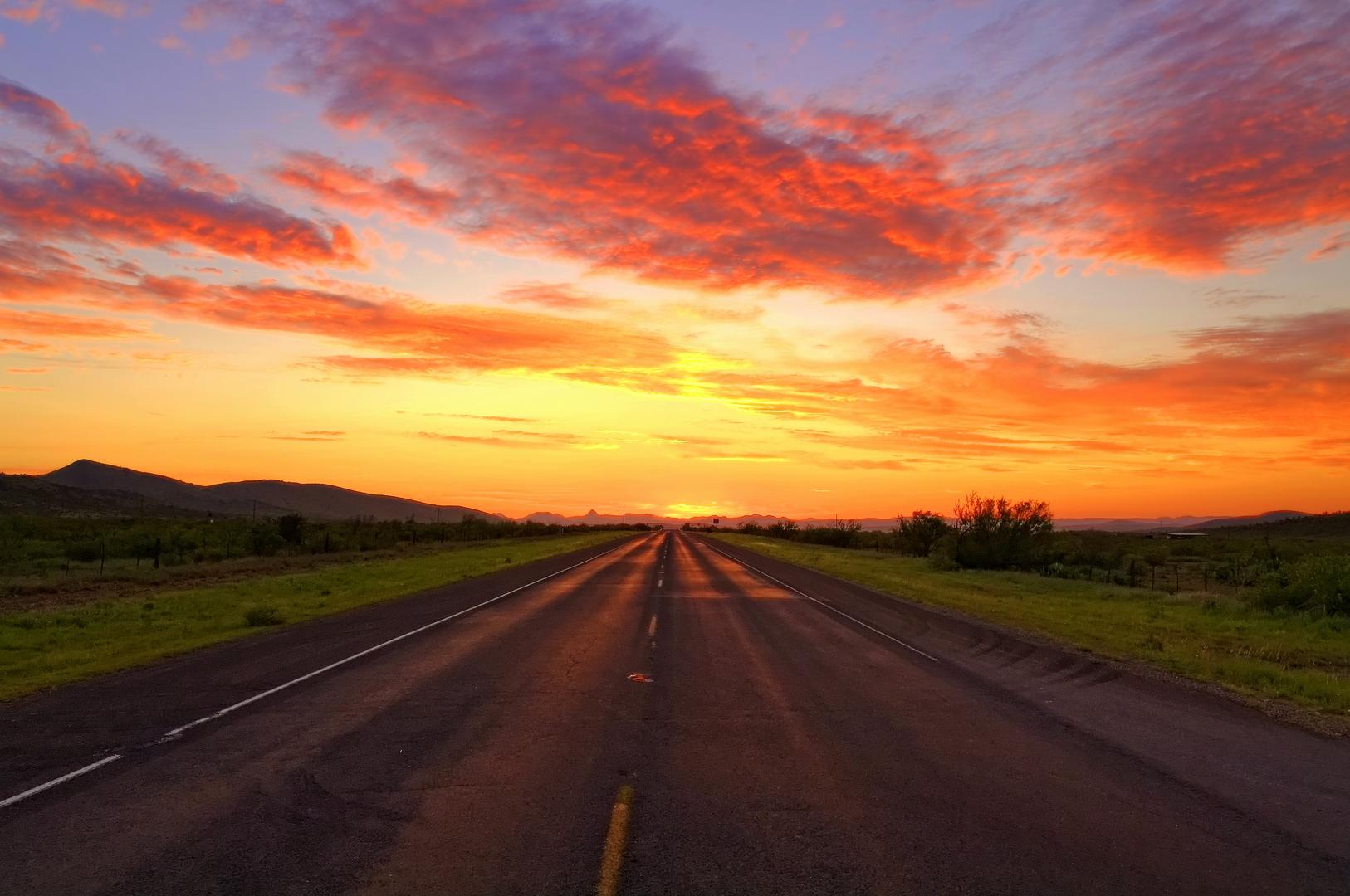 Sonnenuntergang auf dem Highway 90 kurz vor Alpine (Texas / USA)