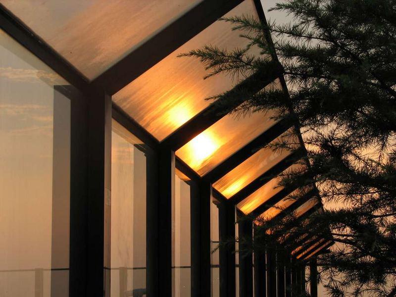 Sonnenuntergang auf der Flughafenterasse