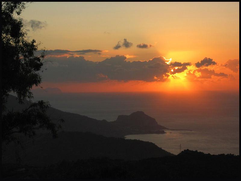 Sonnenuntergang auf Sizilien von einem kleinen Felsendorf Polina fotografiert