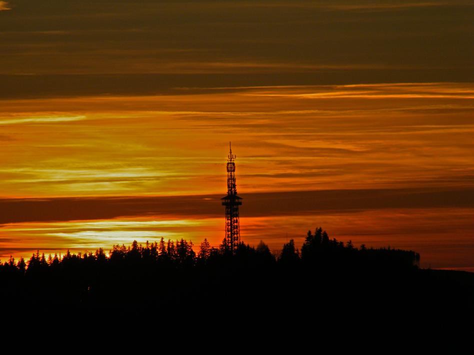 Sonnenuntergang hinter dem Fort Fun Turm im Sauerland...