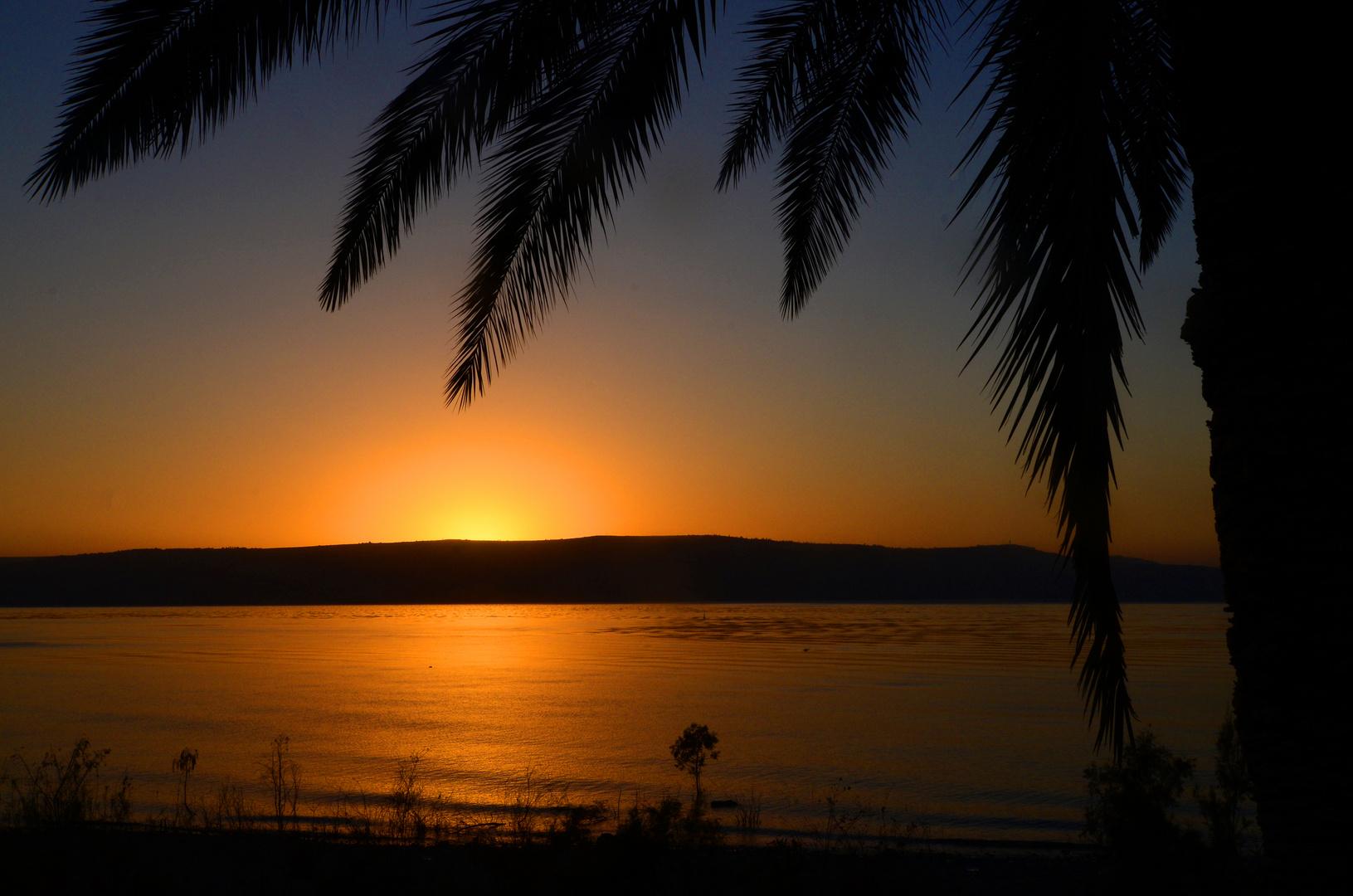 Sonnenuntergang hinter den Bergen Galiläas am See Genezareth