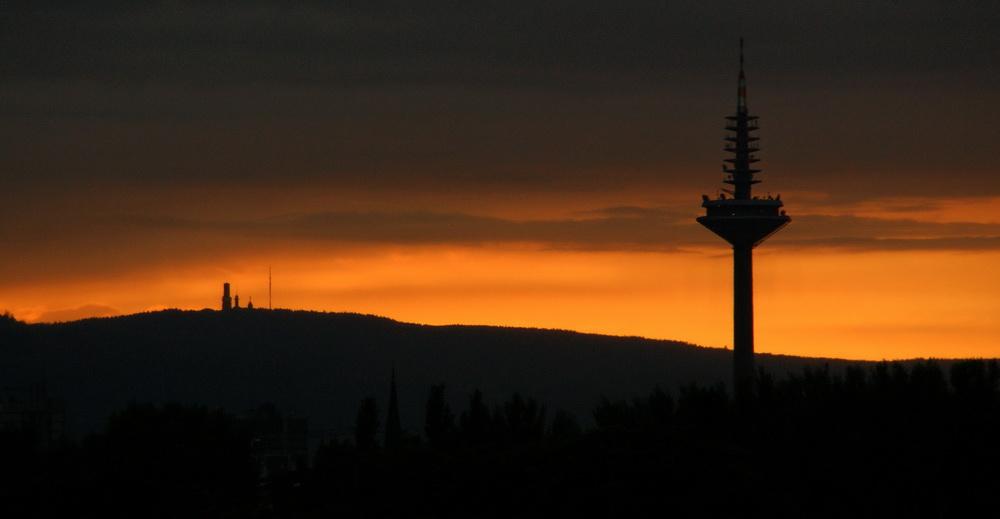 Sonnenuntergang hinter Feldberg und Ginnheimer Spargel