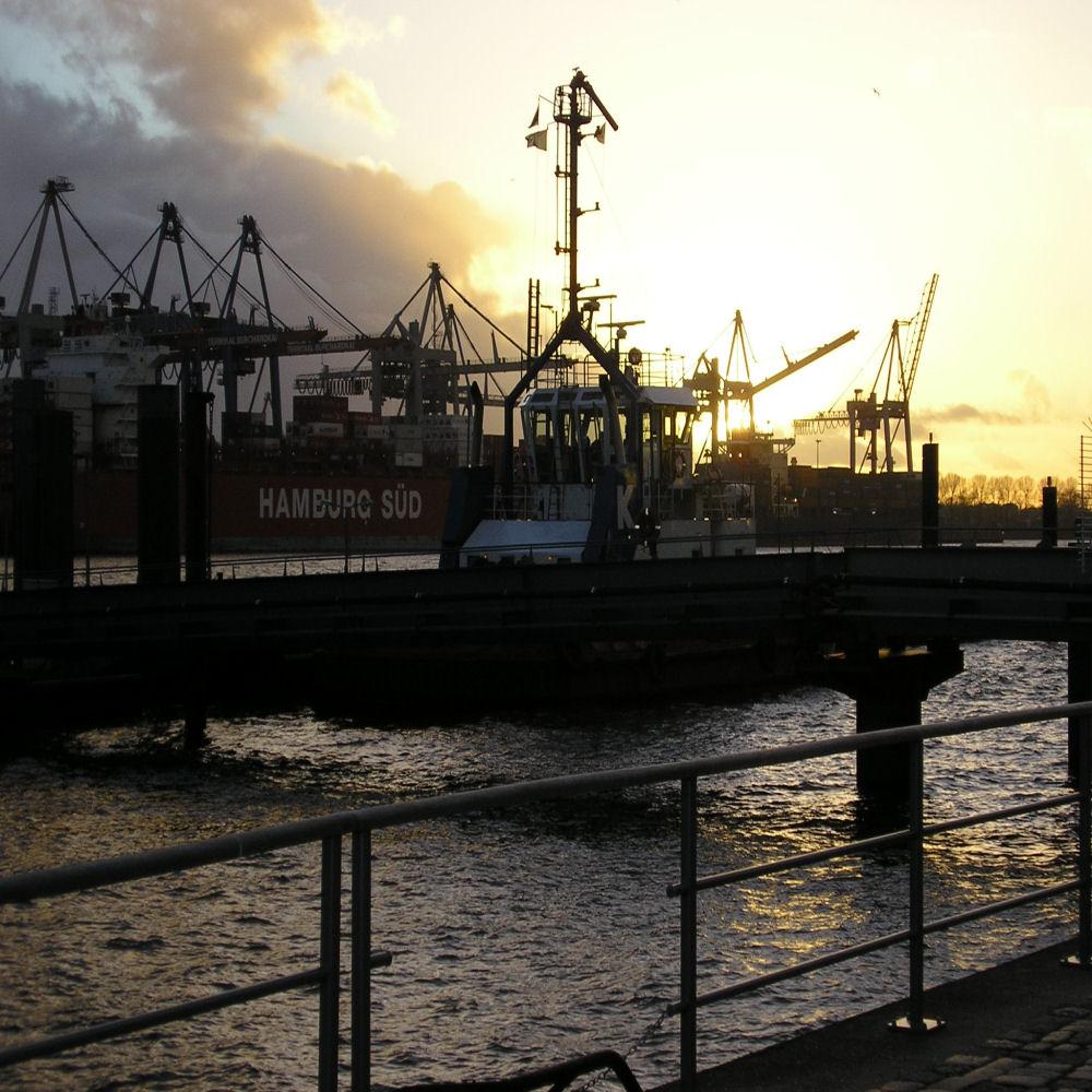 Sonnenuntergang im Hamburger Hafen ( Altona )