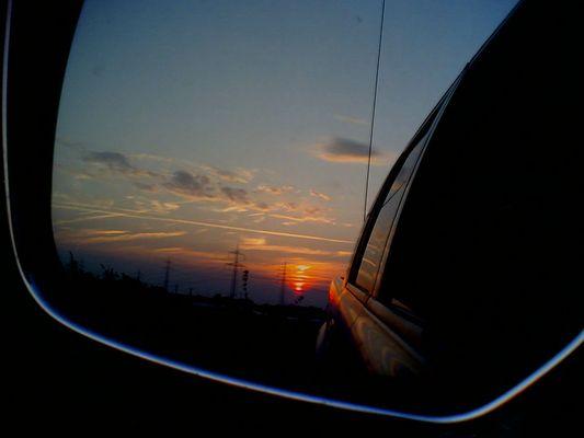 Sonnenuntergang im Rückspiegel meines Pick-up's