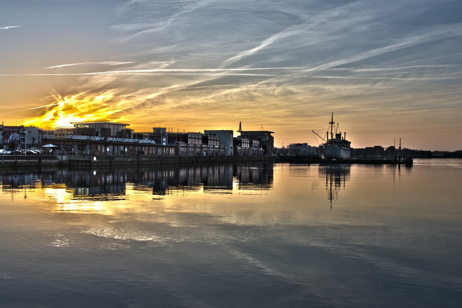 Sonnenuntergang im Stadthafen von Rostock