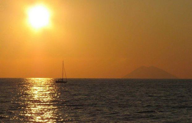 Sonnenuntergang im Tyrrhenische Meer mit Stomboli